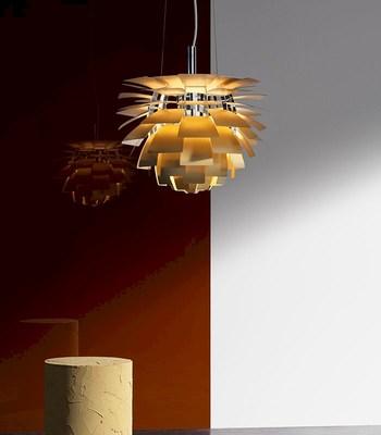 商業空間から住空間まで、どんな場でも存在感を放つ名作照明が「PHアーティチョーク」。北欧照明が好きな人なら、誰もが一度は耳にしたことがあるのではないでしょうか。こちらも、ポール・ヘニングセンの作品です。  その名のとおり、西洋野菜のアーティチョークの蕾のようなデザイン。72枚すべてのシェードに光源の光が正確にあたることで、美しい間接光を生み出します。