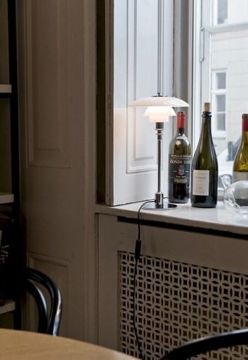 優しい光でコーナーを照らすテーブルランプ。デザイン性の高いものを、お部屋のアクセントとして置くのもおすすめです。