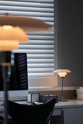 こちらは、PHシリーズのなかでも最小の「PH 2/1 テーブル」。デスクやテーブルの上はもちろん、窓際やちょっとしたスペースに最適なコンパクトデザインです。上下にバランスよく広がる光が、品格あるおしゃれな空間に導きます。