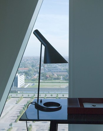 「AJ テーブル」は、アーネ・ヤコブセンの代表作のひとつ。円と直線のラインを組み合わせたシャープなデザインが特徴です。