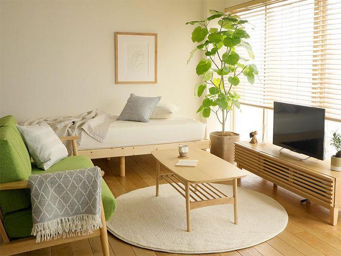シンプルなお部屋にも、ほんの少し自分らしい個性を加えたいもの。木製家具を中心につくられるナチュラルなインテリアには、優しい色合いや素朴な素材感のアイテムが良く合います。