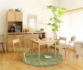 ベースになるインテリアがセンスよく決まると、プラスするアイテムがより映えます。上手にコーディネートするコツは、内装や家具などの「素材と色」を揃えること。例えば家具なら、パイン材やオーク材など明るい色合いの樹種で揃えると洗練された印象に。美しい木目を活かした無垢材の家具も良いですね。