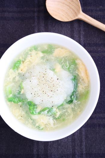 大根おろし入りの卵スープのレシピです。白菜と大根のコンビで作る冬にぴったりのメニュー。大根おろしは半量をスープに混ぜて、残りは盛り付けてからトッピングします。大根おろしを混ぜてからは、火にかけないことがポイントです。
