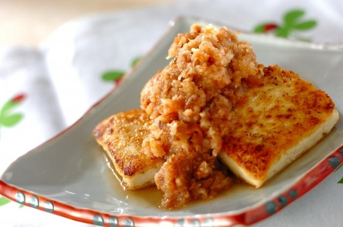 こんがり焼いた豆腐のステーキに、さっぱりダレを合わせた一品。お酒にも合うのだそう。タレは、大根おろしと梅干し、かつお節、しょうゆで作ります。