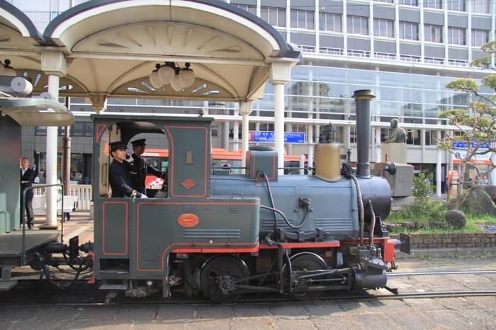 当時は石炭を使った蒸気機関車でしたが、現在は環境問題に配慮したディーゼルエンジンの機関車。でもそれ以外は、限りなく忠実に復元しているそうです。煙突からは煙に見立てた蒸気が上がり、汽笛も「ポッポー」と可愛らしい音。案内をしてくれる車掌さんの制服も、当時のものを復元しています。