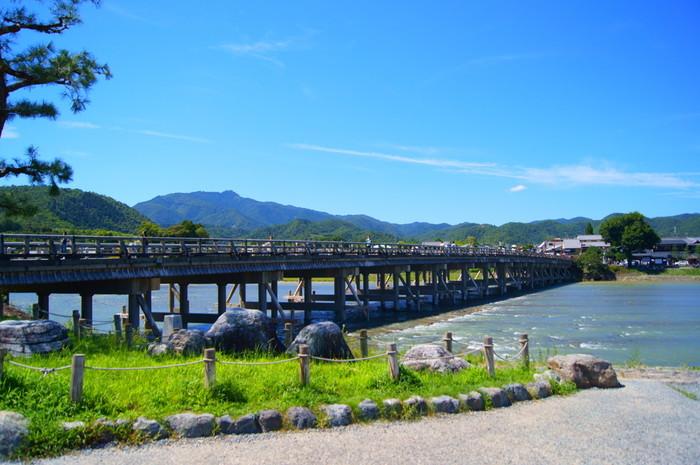 渡月橋を渡ったところにあるのが、「嵐山公園(中ノ島地区)」です。遊具などのある公園ではなく、川沿いに広々とした空間が広がっており、観光シーズンには露天なども並びますよ。