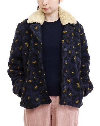 少し難易度が高そうな柄物のボアジャケット。よく見ると夜空の柄で、襟が取り外しできるなど遊び心もたっぷり。落ち着いたネイビーがベースなので意外と合わせやすく、冬のコーデの主役になりそうです。