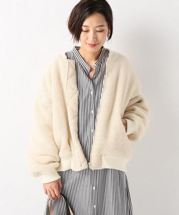 ナチュラルカラーで優しい雰囲気のボアブルゾン。ボリュームのある袖が女性らしい印象です。シャツワンピースに合わせて、少し抜け感のあるスタイルに。