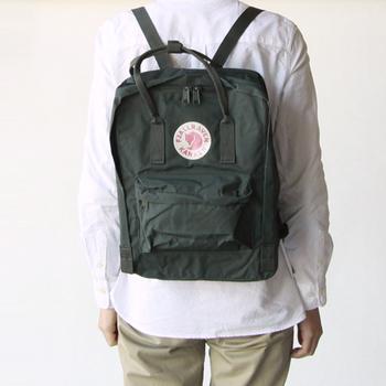 ホッキョクギツネがブランドマーク、スウェーデン生まれの「FJALLRAVEN(フェールラーベン)」のカンケンバッグは、スクールバッグとして親しまれているバッグ。丈夫な作りで使いやすく、体への負担も軽減されています。