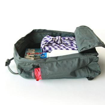 後ろのポケットは大きく開き、出し入れがしやすい。サイドのポケットや持ち手のデザインなど、工夫が詰め込まれています。