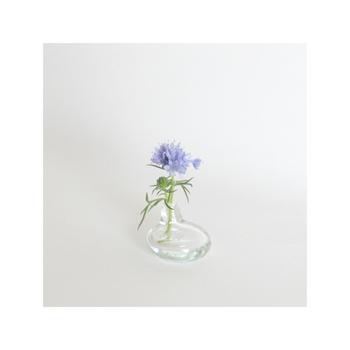 ガラス工芸作家 平岩愛子さん作。 一輪挿しの機能を持つ箸置きに季節の野の花をいければ、儚げ(はかなげ)ながらも精一杯生きようとする姿に心動かされる。