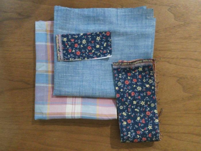 必要なのは、77×31cmの布2枚と、袋口用の布7cmx31cmが2枚、タブ用の布4cmx10cmが1枚、それからリボンと紐。布はどれも方形なので、難しい型紙は必要ありません。