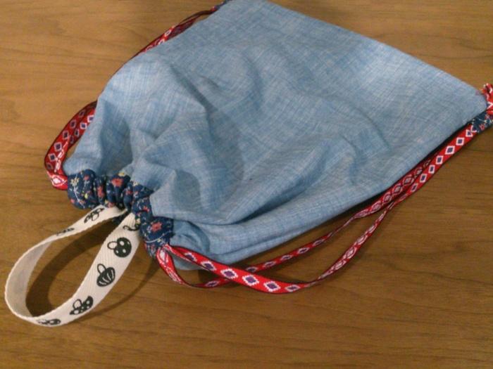 お家にミシンがある人は、簡単なリュックサックを作ってみるのも良いかも。お気に入りの布があれば、簡単に作れる。こちらはキッズ用リュックサックです。