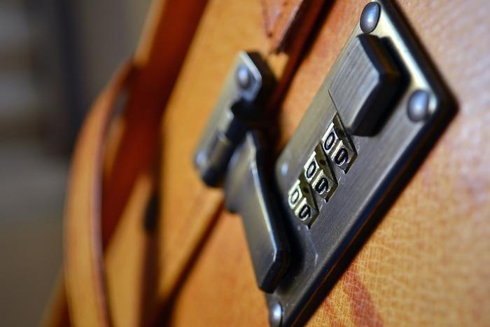 スーツケースをロックする方法は主に3つ。  1.鍵を刺して施錠するシリンダーキー。 2.施錠するタイプだけれど鍵穴がないマグネットキー。 3.相性番号をセットするダイヤルキー。