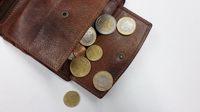 ある程度の小銭とお札なら千円札を用意して置いたほうが良さそうです。最近はクレジットカード対応しているところも増えてきたのですが、基本的に現金払いのお店が多いようです。たまにおつり用の小銭が足りないというお店もあるので、いくらかは持っておいた方が良さそうですね。
