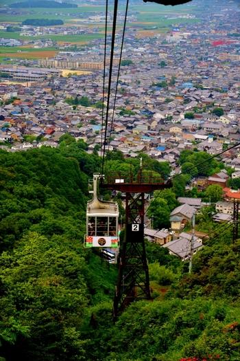 琵琶湖や近江平野を見下ろすことができる八幡山。山頂へはロープウェーで上ることができます。