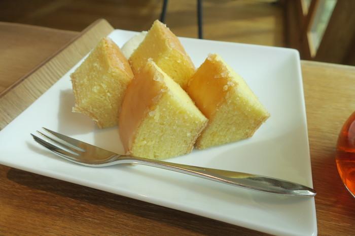 ショップでたねやグループの和菓子・洋菓子が買える他、カフェでは焼き立てのバウムクーヘンを頂くことができます。焼き立てならではのふわふわ感を楽しめますよ。