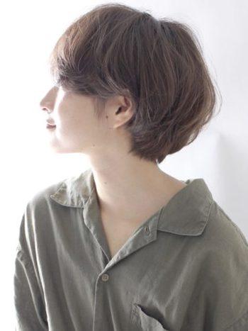 凛とした強さとふんわりした優しさが共存するショートボブ。髪が多い人にも似合うスタイルです。毛先のみのワンカールパーマで抜け感を出すと◎。