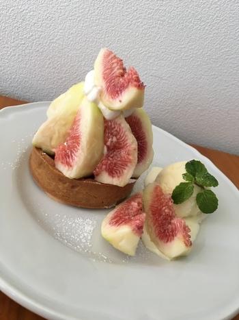 特に人気が高いのが、季節のフルーツを使ったスイーツ。いちじくのタルトやシャインマスカットのパフェ、いちごのロールケーキなど季節ごとに様々なメニューが楽しめます。