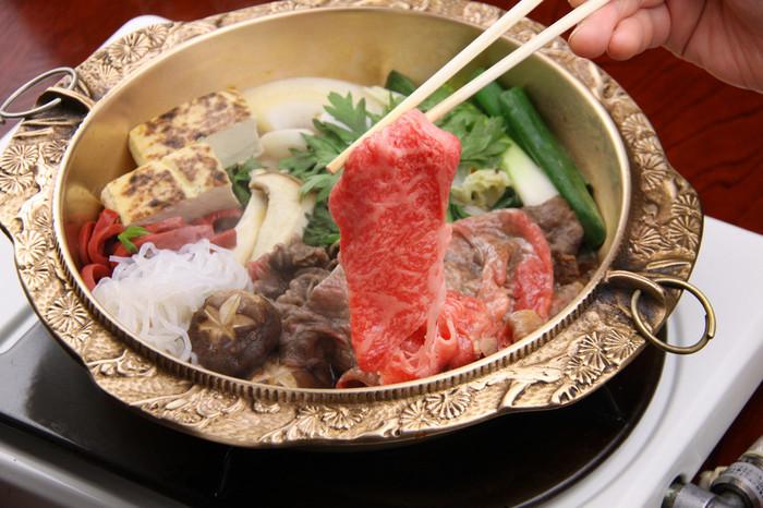 昭和22年から食肉店を開業した老舗の「まるたけ近江西川」。生産・肥育から加工・販売までを一貫経営された高品質の近江牛をしゃぶしゃぶや鉄板焼き、リーズナブルな丼物などで楽しめます。