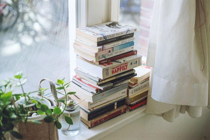 ついついかさばってしまう本たち。大量に捨てるとスッキリする反面、「もう一度読み返したい!」と後悔してしまうことも多いですよね。急に読み返したくなっても書店・図書館・電子書籍などですぐに手に入るかどうかをチェックし、入手が難しいものは残しておくのがおすすめです。