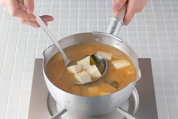 様々な食材をゆでる際に活躍してくれる調理器具。こちらの「雪平鍋」は、アルミ製なのでとても軽く、片手で簡単に持ち上げて、さっと茹でこぼせるので、下ゆでに最適。しかも両側に注ぎ口がついているため、左右どちらが利き手でも便利に使えて重宝しそう。