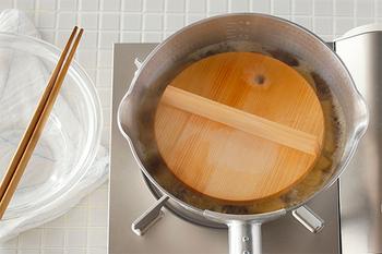 ゆでる際に落としぶたが必要な食材には、こちら「ambai」の落とし蓋はいかがでしょうか。蓋の縁が斜めにカットされているため出し入れしやすく、丸く空けられている穴は菜箸を通して取り出すためのもの。そんなちょっとした工夫で使い勝手が良くなるので一度使ったら手放せなくなりそう。