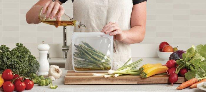 100%ピュアプラチナシリコーン製で世界初、密閉できる機能を持った「stasher(スタッシャー) 」。扱いやすく衛生的で、何度でも繰り返し使える新しい保存容器です。医療用や食品用品質として認められている安全な素材で出来ています。
