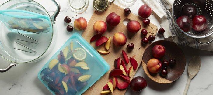 シリコン製で密閉できる「stasher(スタッシャー) 」は、あらゆる食材の冷蔵・冷凍保存に向いています。また、幅広い温度帯に対応しているから、調理することだって可能。保存しておいた野菜やお肉をそのまま加熱してお料理できるから、洗い物やラップなどのゴミも減らすことができます。