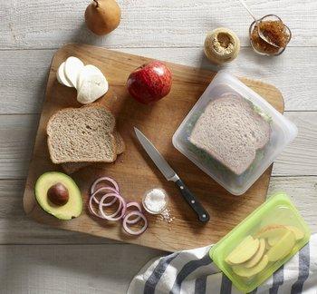 ピタッと密閉できるうえ、デザインやカラーバリエーションも豊富だから、サンドイッチなどのお弁当を入れるのにも◎。カットしたフルーツもみずみずしいまま保存できます。