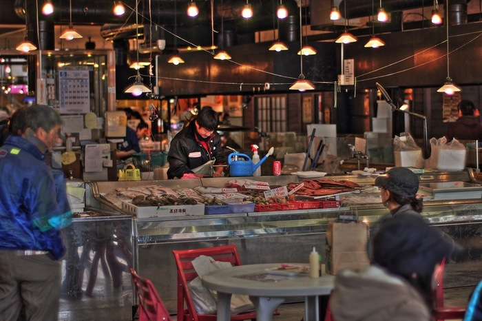 日本全国で開催されている「朝市」。美味しいものをお得に味わえたり、その土地ならではの珍しいものが食べられたりと魅力がたくさん。朝市のためなら楽しく早起きできそうですね。