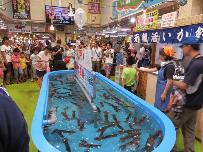 函館朝市えきに市場には「活いか釣り堀」もあり、毎朝直送される活きたイカをその場でさばいた新鮮なイカ刺しが味わえます。価格は時価で500円~1,700円程度。イベント性も相まって、美味しくて楽しいスポットです。