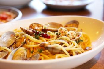 「ボンゴレビアンコ」とは南イタリア発祥の、あさりを使った塩味のオイルソースのパスタのこと。  イタリア語でボンゴレ=あさり、ビアンコ=白を意味します。具は、基本、あさりだけというシンプルなパスタですが、白ワインで蒸し煮にした、ふっくらとしたあさりの身の美味しさが絶品です。