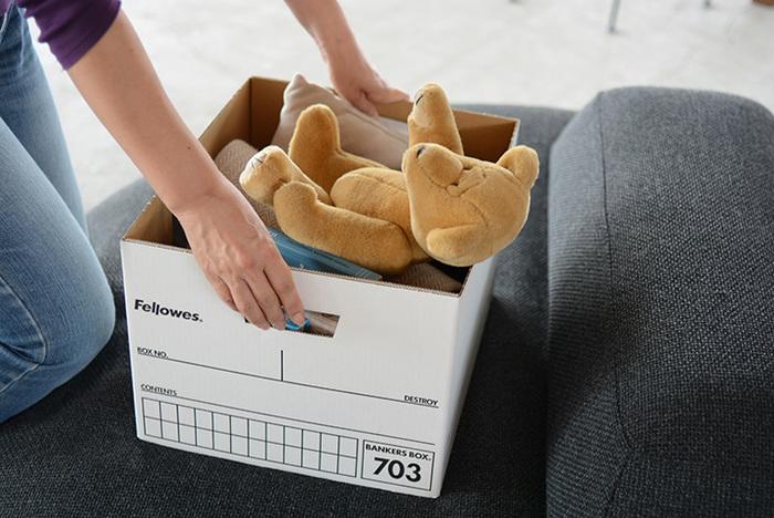 「Fellowes(フェローズ)」社の定番商品、BANKERS BOX(バンカーズボックス)は、クローゼットの枕棚にぴったり収まります。アメリカのオフィスで一般的に使われており、子どもの思い出の品やプリント類を収納しておくのにもちょうど良いサイズ感。  段ボールでできていると思えないくらい丈夫なので、おもちゃ入れとしても使っても◎。シンプルな見た目なので出しておいてもすっきりみせる収納ができますね。