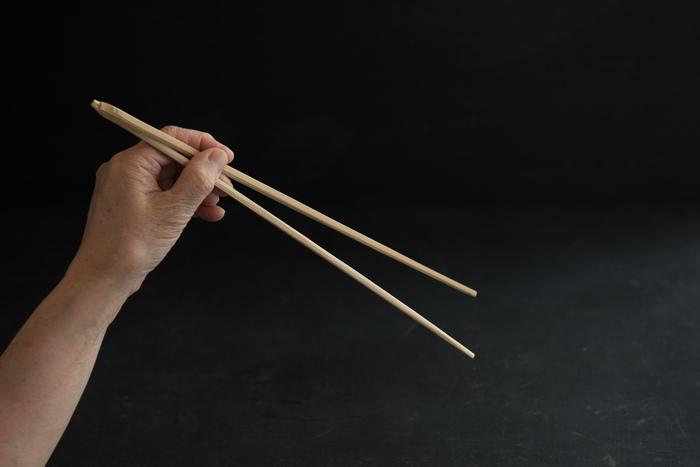 こちらの真竹の菜箸は竹製のため、軽くて滑りにくいので、豆や麺類などもしっかりとつかめる、機能性も◎の菜箸。しかもサッと洗えて乾きやすいので食材をゆでるとき、あると重宝しそう。