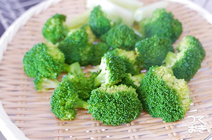 サラダや炒め物、または肉料理の添え物にも最適なブロッコリー。ゆでる際に茎を下にすることと、ざるにあげたら、水につけずに寝かせて冷ますことを気をつければ、日持ちもするのでお弁当の彩りや、ちょっとした副菜が欲しい時に大活躍してくれそう。