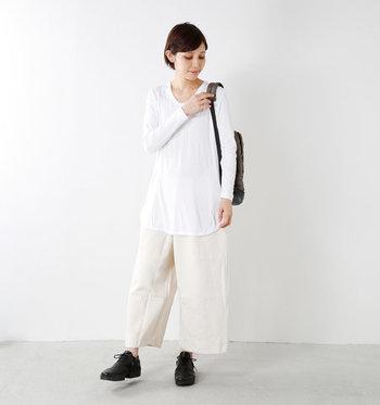 レーヨンをメインにしたやわらかな質感のカットソーは、すこし長めの丈が特徴的。一枚で着ると、ふわりと優しい女性的なラインを強調してくれます。