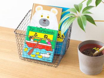 ハンドメイドのストレージネストは、子どもっぽくなり過ぎず、本屋おもちゃを放り込んでおくだけでおしゃれな雰囲気を演出してくれます。  スチール製なので錆びる心配もなし。大人になってからも使えるデザインなので、長く使えるのも嬉しいですよね。