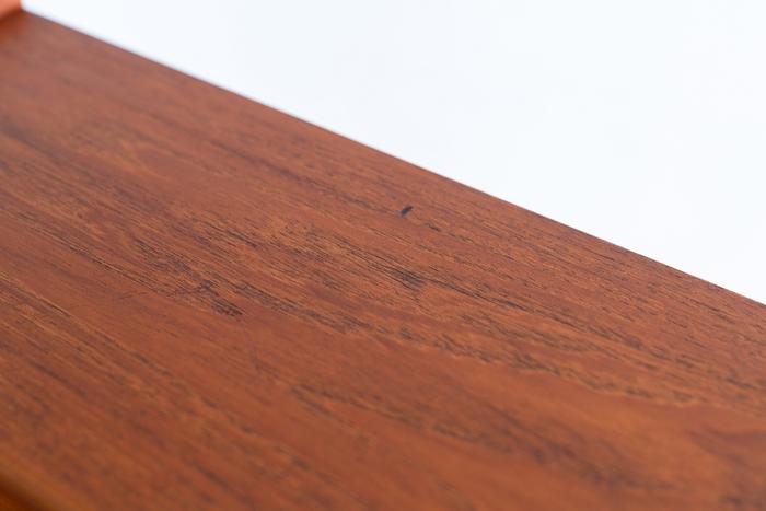 チークは、ダークカラーの代表的な木材で、良質なものは高級材として扱われています。北欧のヴィンテージ家具は、このチーク材は良く使われます。 耐久性もあり、経年変化でよりこっくりとした味わい深い色合いになるのも魅力。今となっては、木目が美しく出てきるチークは手に入りにくい希少な木材。そういった点でも、良質なチーク材で出来たビューローは付加価値と言えるでしょう。