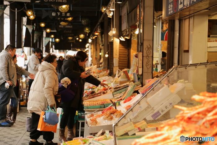札幌の中心街「大通駅」から徒歩5分と便利なところにある「札幌二条市場」は、明治初期に魚を販売したのが始まりとされています。現在は50店舗ほどが軒を連ね、北海道内の新鮮な魚介を使ったお寿司や海鮮丼などを楽しめます。