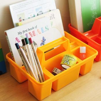 """""""誰でもお片づけ上手になれる""""整理して持ち運びできる、「PENC(ペンコ)」ストレージキャディ。ノートと色鉛筆を入れておけばお絵かきセットに。宿題や鉛筆消しゴムをセットしておけば学習セットに。  細々したグッズを入れておけるから、いつでもどこでもすっきり収納が実現できます。カラーも5色あるのでお気に入りの色を見つけてみては。"""