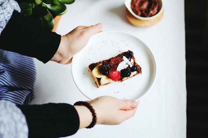 """食べることが大好きな人にとっては、ストレッチにダイエット効果がプラスされていると嬉しいですよね。そんな時におすすめなのが、""""器具""""を使うストレッチ。普通のストレッチよりも少し負荷がかかるので、運動量がUPします。"""
