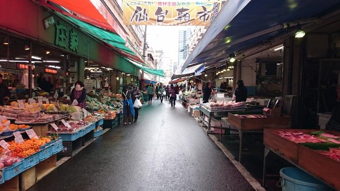 戦後、仙台駅前に並んだ露店「青空市」が起源とされる「仙台朝市」は、JR仙台駅前からすぐのところにある商店街形式の市場です。仙台市民の台所としての役割を担い、鮮魚や野菜や果物など日常に欠かせない数多くの品々を扱っています。