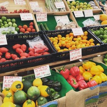 無農薬にこだわった野菜や、素材の味を活かして作られたジャムなどの加工品、雑貨などが販売されています。毎週あるマーケットに加え、コーヒーやパンなど、さまざまなイベントも開催されています。買い物だけでなく、こだわりの食材を使って作られた美味しいフードも楽しめます。
