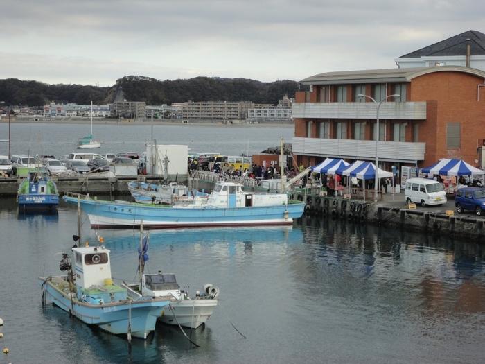毎週日曜日8:30~10:30、葉山の港で開催される「ハヤマ・マーケット日曜朝市」。魚介や農産物、ケーキなど葉山の特産品が販売されています。