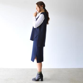 ニットスカートにベストを持ってこれば、品のあるトラッドスタイルが完成。シューズにはポインテッドトゥのショートブーツを指名して、クラシカルな女性らしさも加えて。