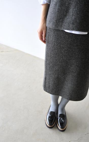 着こなしに季節感を添えるニットスカート。シンプルなトップスを合わせるだけでも、秋冬らしい旬なスタイルが完成します。 今回は、そんなニットスカートが主役の素敵コーディネートを大特集♪