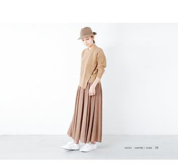 ニットスカートをエレガントに着こなすなら、まろやかなベージュのワントーンがGOOD!スニーカーでトレンドのスポーツ要素もひとさじ。