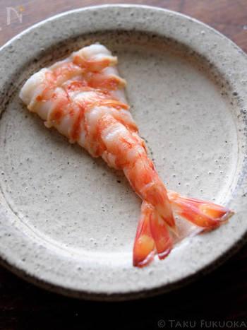 ちらし寿司や手巻き寿司で使うエビ。お寿司屋さんのように色もキレイで美味しく仕上げるためのゆで方を覚えておくと◎。さらにエビは、ゆで汁自体、良い出汁が出ているので、落としたエビの頭を入れた汁物も一緒に作るとより、食卓が華やかになりそう。