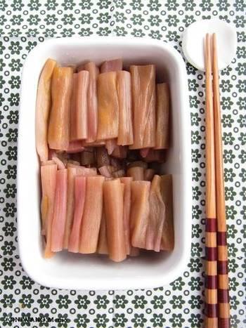 煮物や炒め物、汁に入れても美味しいずいき(芋茎)。皮の向き方もコツをつかめば簡単で、ゆでた後に保存もできて便利。保存する場合は、なるべく長くカットすることがポイントです。